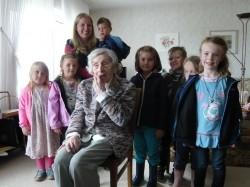 Auch die Sterntaler-Kinder gratulierten Frau Bartels zum 102. Geburtstag mit einigen Liedern